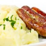 Bratwurst mit Rotkraut und Püree