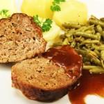 Hackbraten+Zwiebelsoße, Kartoffeln & Gemüse