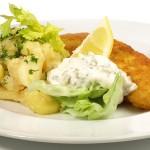 Paniertes Fischfilet mit Kartoffelsalat und Remoulade