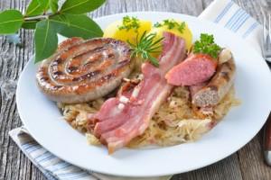 Schlachtplatte mit Sauerkraut