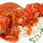 Fleischspieß, Paprikasoße und Reis