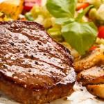 Steak mit Kartoffelspalten und Gemüse